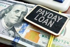 发薪日贷款概念 堆在书桌上的美金 库存照片