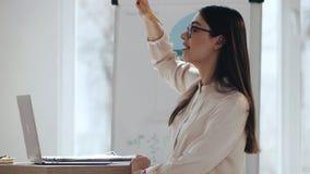 发表讲话的愉快的年轻美丽的成功的白种人女性企业家教练在现代轻的办公室研讨会事件 股票视频