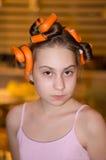 头发路辗的女孩 免版税库存图片