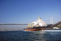 发运在博斯普鲁斯海峡,伊斯坦布尔,土耳其 库存图片