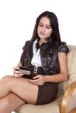 发送坐的文本妇女的消息 免版税库存照片