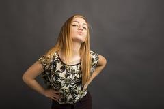 发送妇女年轻人的美好的亲吻 免版税库存照片