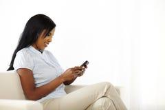 发送文本妇女年轻人的逗人喜爱的消息 免版税库存图片