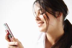 发送sms的女孩 免版税库存照片