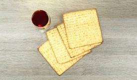发酵的硬面犹太逾越节面包torah 免版税库存照片