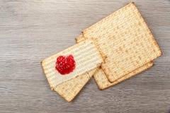 发酵的硬面犹太逾越节面包torah 库存照片