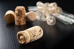 发酵管和拔塞螺旋在一张黑桌上 辅助部件需要准备自创酒 库存图片