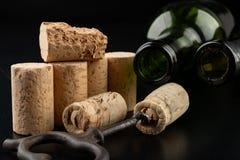 发酵管和拔塞螺旋在一张黑桌上 辅助部件需要准备自创酒 免版税库存照片