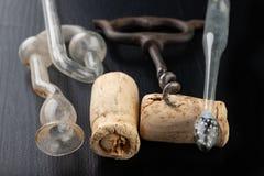 发酵管和拔塞螺旋在一张黑桌上 辅助部件需要准备自创酒 库存照片