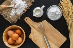 发酵粉牛奶和鸡蛋在黑板背景的 免版税图库摄影