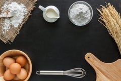 发酵粉牛奶和鸡蛋在黑板背景的 免版税库存照片
