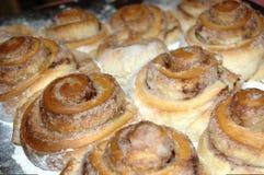 从发酵面团的甜桂皮卷 库存照片