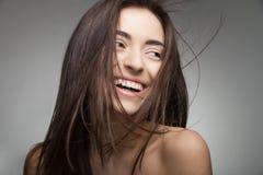头发长的微笑的妇女 黑色白色 免版税图库摄影
