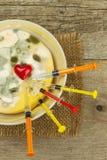 发霉的布丁和注射器 疾病的治疗 模子和抗生素 充分毒食物模子 不健康的食物 免版税库存图片