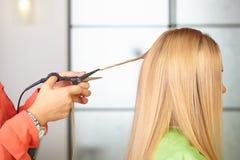 发廊。妇女` s理发。Thermocut系统。 免版税库存照片
