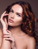 头发 有非常长的健康和发光的卷发的秀丽妇女 免版税库存图片