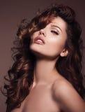 头发 有非常长的健康和发光的卷发的秀丽妇女 库存图片