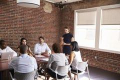 发年轻的女实业家会议室言 免版税库存照片