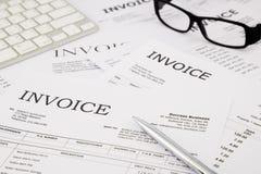 发货票和票据在办公室桌上 免版税库存照片
