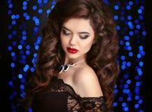 头发 美丽的深色的性感的妇女 健康长的布朗卷曲Ha 免版税图库摄影