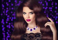 头发 美丽的深色的性感的妇女 红色嘴唇构成 健康Lo 免版税图库摄影