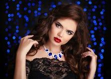 头发 美丽的深色的性感的妇女 红色嘴唇构成 时尚ge 免版税图库摄影