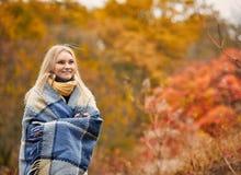 取暖在森林里的女孩 库存照片