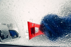 取消冰从车窗与红色刮板 库存照片