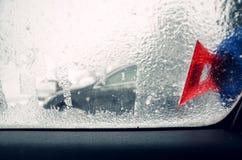 取消冰从车窗与红色刮板 图库摄影
