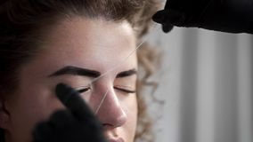 取消小头发从面孔与在美容院的螺纹,去壳与螺纹,穿线在美容院,面部 股票录像