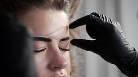 取消小头发从面孔与在美容院的螺纹,去壳与螺纹,穿线在美容院,面部 股票视频