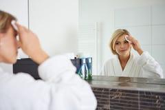 取消构成的妇女从她的面孔 免版税库存照片