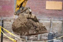 取消残骸和土的挖掘机 免版税库存照片