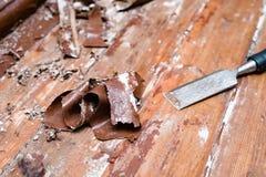 取消油漆从地板与一个热空气开枪修理工具 库存照片
