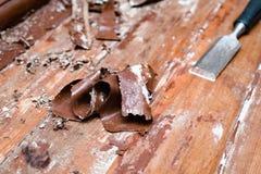 取消油漆从地板与一个热空气开枪修理工具 免版税库存图片