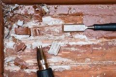 取消油漆从地板与一个热空气开枪修理工具 免版税库存照片