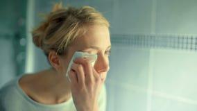 取消眼睛构成的年轻女人与一个组织在卫生间里 影视素材