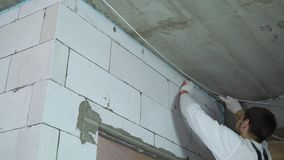 取消过份登上的泡沫的建造者低角度射击从墙壁 影视素材