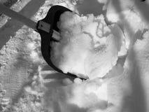 取消雪与铁锹在降雪以后 库存图片