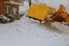 取消雪从一条路在冬天 免版税库存图片
