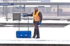 取消雪的工作者从岗位平台 库存图片