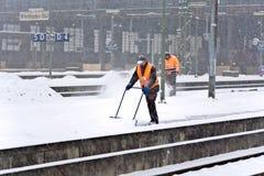 取消雪的工作者从岗位平台 免版税库存图片