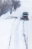 取消雪的除雪机从高速公路在暴风雪期间 库存图片