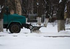 取消雪的雪犁从城市道路 免版税库存图片