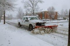 取消雪的雪犁从街道 图库摄影