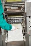 取消馄饨面团的厨师从机器 免版税图库摄影