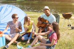 取笑本质上的快乐的青年人 免版税库存图片