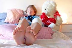 受伤的和被包扎的膝盖 免版税库存图片