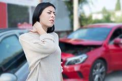 受伤的妇女在车祸以后需要急救紧急状态 库存照片