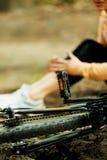 受伤的妇女falled bicyle 库存照片